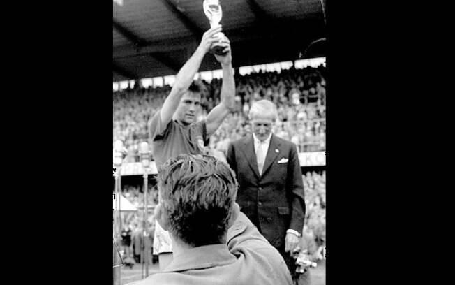 Bellini foi o responsável por imortalizar gesto de levantar taça de  campeão. Foto  Gazeta 1b6158c470296