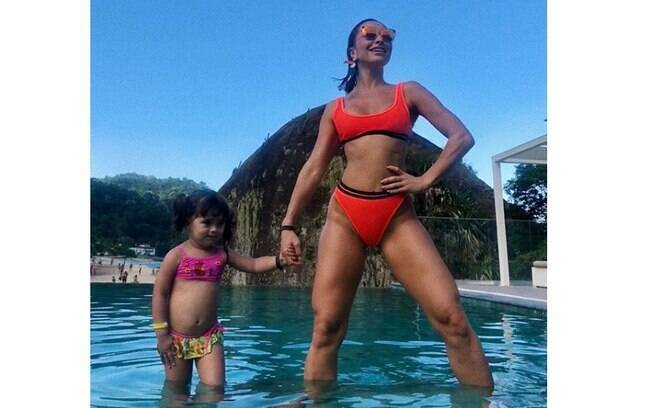 Sabrina Sato exibe corpão ao lado de sobrinha durante viagem em família