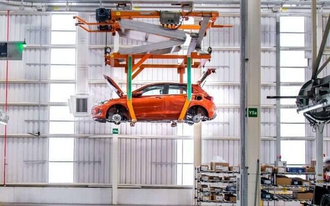 Com fábricas paradas a partir de meados de março, produção do mês teve queda de 21% na produção durante o mês