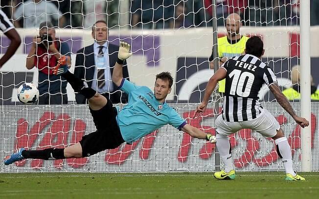 Tevez cobra pênalti e abre o placar para a Juventus diante da Fiorentina