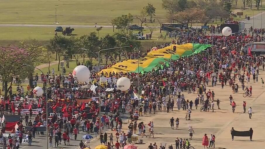 Manifestação contra Bolsonaro em Brasília neste sábado (19)
