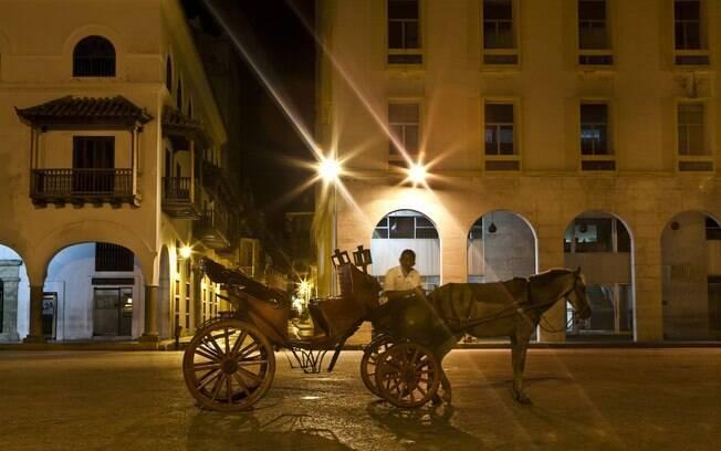 Um romântico passeio de carruagem pode ser feito ao entardecer em Cartagena