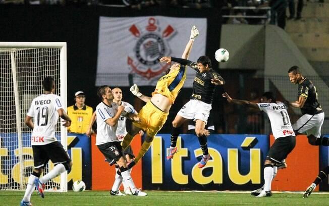 Cássio tenta cortar o cruzamento do Botafogo