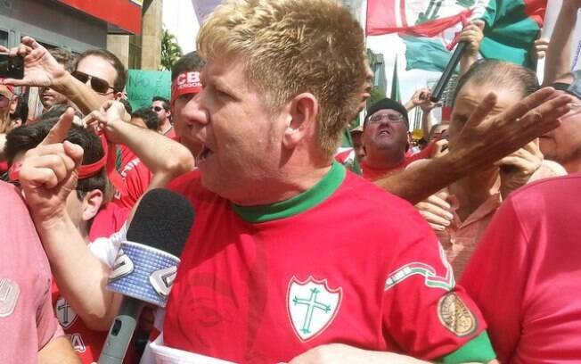 Roberto Leal durante protesto contra o rebaixamento da Portuguesa