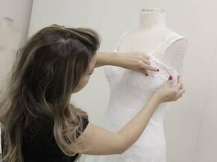 Após a primeira prova, equipe trabalha em alterações sugeridas pela estilista nas mangas e no decote das costas