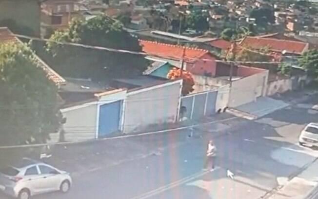 Câmera de segurança flagra carro sendo furtado em Campinas