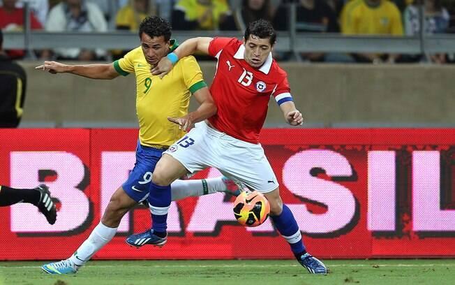 Leandro Damião tenta vencer a marcação de Rojas em ataque da seleção brasileira