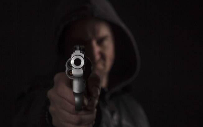 Em uma abordagem enquanto a vítima está dirigindo, não conseguir tirar as mãos do volante para cumprir a ordem do assaltante ou acelerar para fugir são ambas atitudes que vão frustrar o criminoso -- e aumentar os riscos