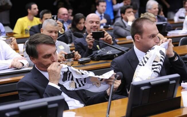 Bolsonaro e o filho Eduardo inflaram bonecos do ex-presidente Lula vestido de presidiário na Câmara