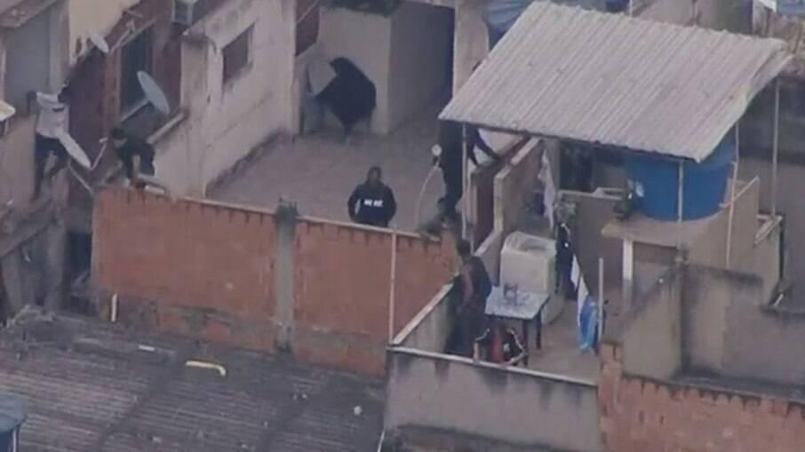 Homens armados fugindo durante operação policial