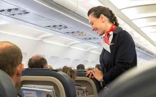 Se quiser mudar de lugar na sua viagem de avião, chame um comissário de bordo para ver se isso é possível
