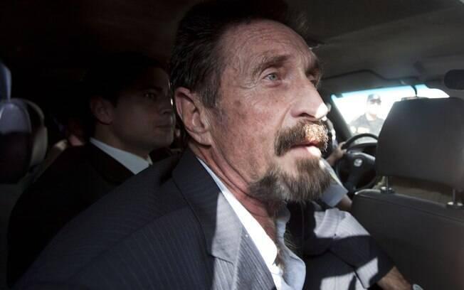 John McAfee deixa prisão rumo ao aeroporto La Aurora international, na Cidade da Guatemala