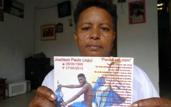 Concita Ferreira mostra foto de seu filho caçula, Joarlison, que foi estrangulado na cadeia de Pedrinhas