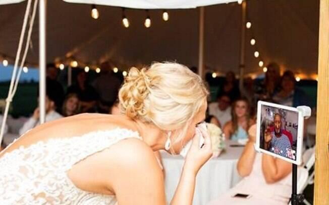 Depois de surpreender o pai no hospital, a noiva transmitiu a cerimônia por chamada de vídeo para que ele estivesse lá
