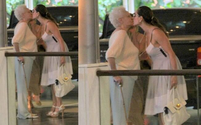 Christiane Torloni dá um selinho na mãe durante passeio no shopping nessa quinta-feira (22)