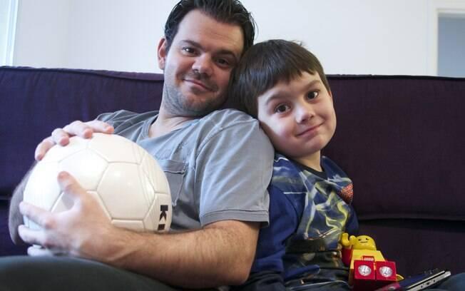Fábio, com a bola, e o filho Álvaro, com um boneco Lego: preferências opostas