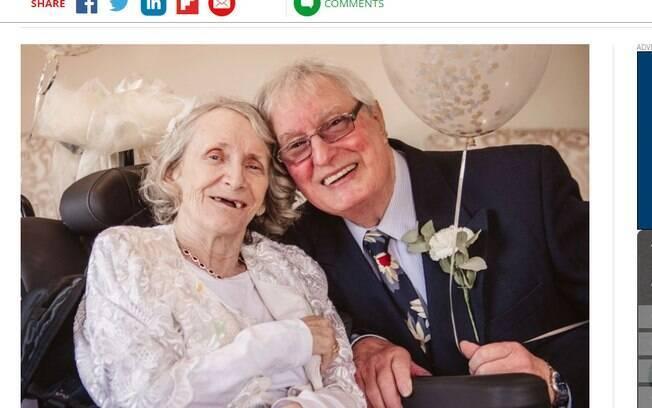Colin Jones foi surpreendido com um pedido de casamento da parceira Pauline Young