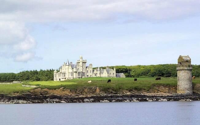 O escocês Balfour Castle mantém sua estrutura original. Os hóspedes podem passear pelas torres, bibliotecas e jardim
