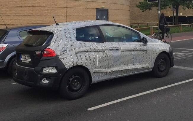 Ford Fiesta renovado e flagrado em teste, ainda camuflado.