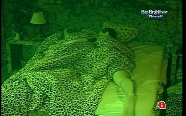 Rafa dorme abraçado com Renata