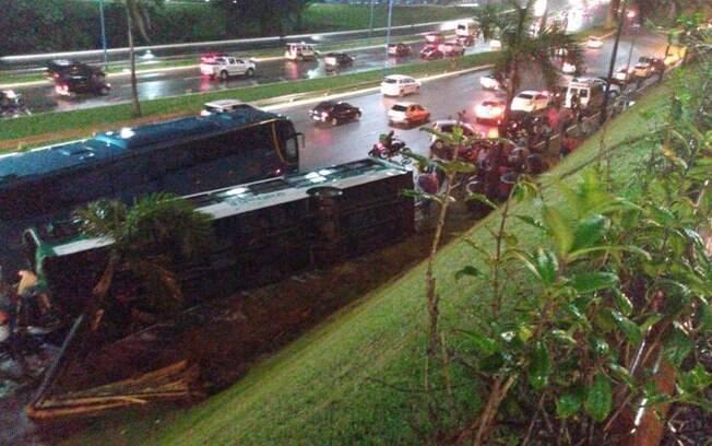 Ônibus despencou de uma ribanceira de 10 metros em Salvador