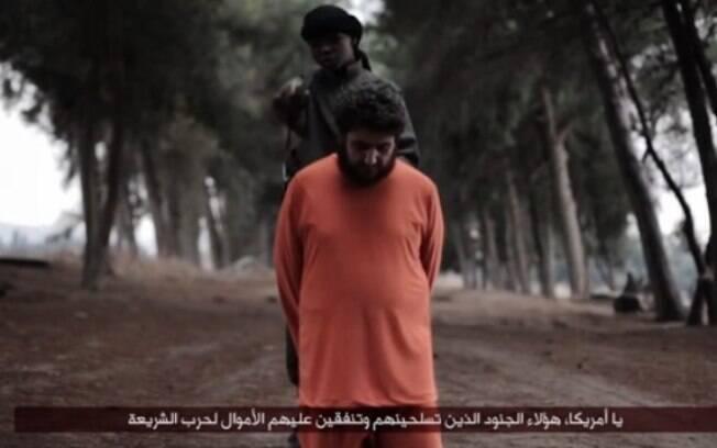 Em vídeo divulgado pela internet, garoto do Estado Islâmico decapita rebelde sírio
