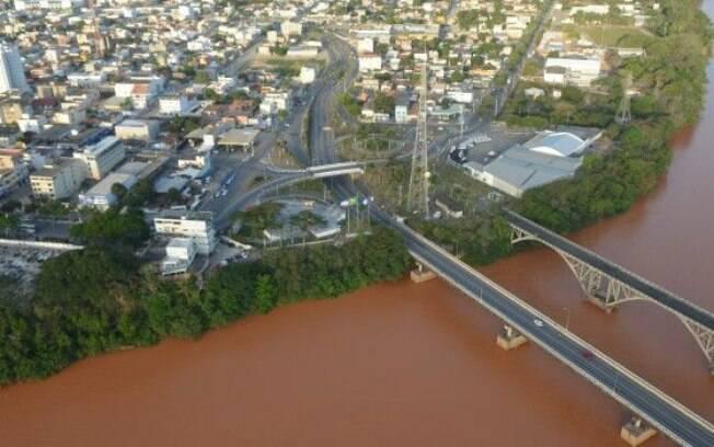 Cenário depois da lama chegar no Rio Doce, no centro de Linhares, no Espírito Santo