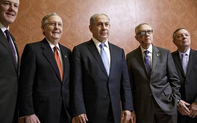 O primeiro-ministro de Israel posa ao lado de legisladores republicanos, nesta terça, no Capitólio