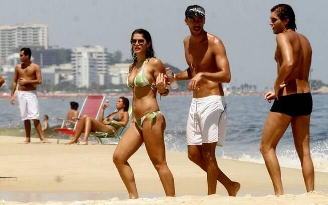 Priscila Fantin curte dia de sol ao lado do namorado Renan Abreu e amigos