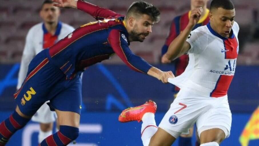 Mbappé provoca Piqué e Alba durante jogo contra o Barcelona