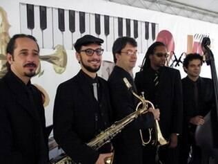 Quinteto de jazz toca repertório em reverência à paz