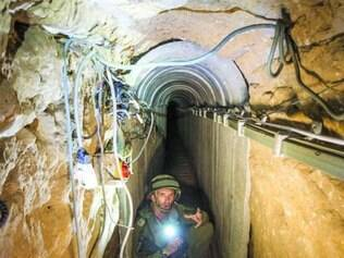 Soldado israelense apresenta túnel que vai da Faixa de Gaza a Israel
