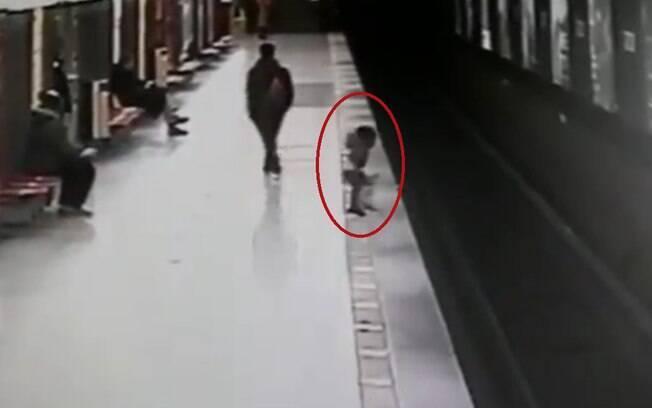 O resgate do garoto foi registrado pelas câmeras de segurança da estação; vídeo viralizou