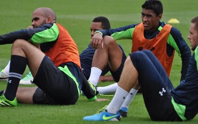 Paulinho e Sandro descansam em treino do  Tottenham nesta quinta-feira (31/07/2013)