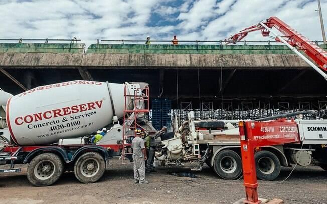 Técnicos da Prefeitura de São Paulo usaram caminhões betoneira para testar viaduto da Marginal Pinheiros