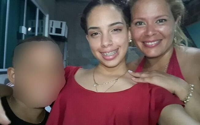Luciana Almeida da Silva, de 35 anos, e Lindsay de Almeida Reis, 15, mãe e filha, morreram baleadas dentro de casa