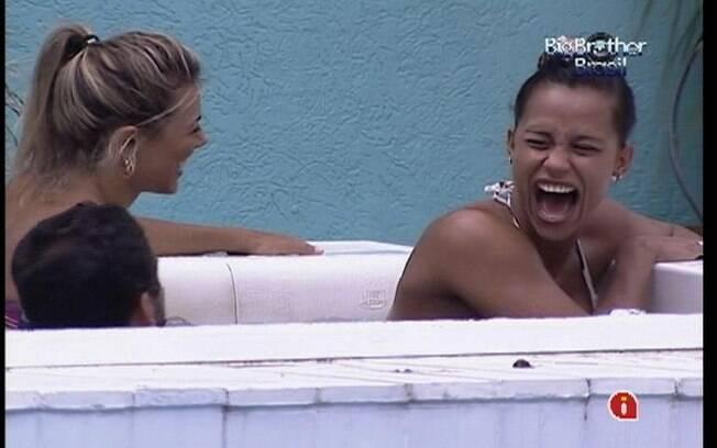 Fabiana e Kelly dão risadas enquanto conversam na hidromassagem