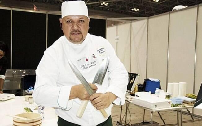 Ricardo Juneck começou em uma indústria e hoje já é chef registrado, ensinando japoneses