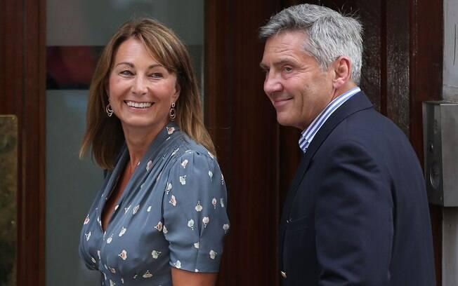 Os pais de Kate Middleton, Carole e Mike, foram ao hospital nesta terça-feira (23) para visitar o primeiro neto