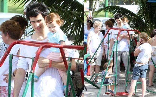 Mateus Solano brinca com Flora, de 1 ano e três meses