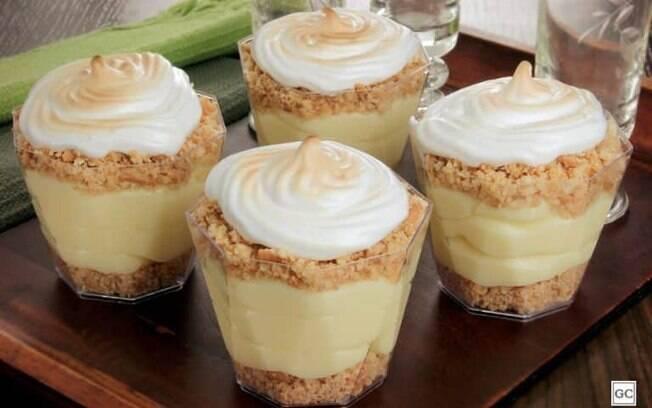Torta de limão com merengue no copinho para vender bastante