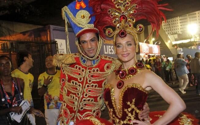 Vestida de bailarina, Letícia Spiller e 'seu' soldadinho de chumbo. Enredo da União da Ilha é inspirado no universo infantil