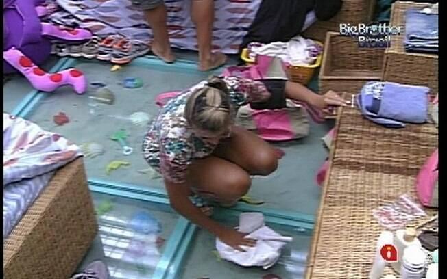 Fabiana enxuga o piso molhado