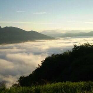 Em Gonçalves, não perca a vista de 360 graus da região a partir da Pedra de São Domingos, a 2.050 metros de altura