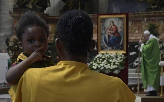 Papa Francisco, em missa para migrantes, disse que, aos olhos de Deus, ninguém é 'estrangeiro'; entenda