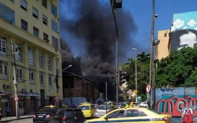 Primeiras chamas surgiram um carro alegórico