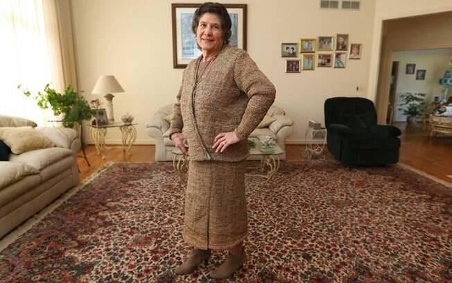 A italiana Rosa Ferrigno, de 75 anos, usou 300 sacolas plásticas de supermercado para costurar um conjunto de roupas