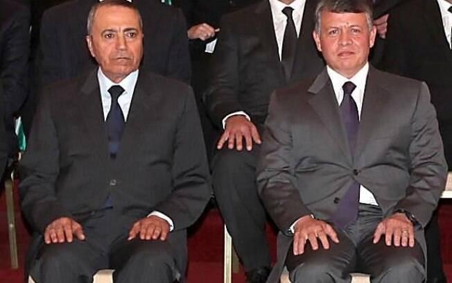 Abdullah II posa à direita do premiê Maaruf Bakhit, rei prometeu resposta severa ao Estado Islâmico