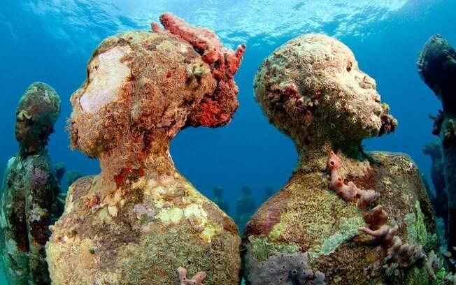 Molinere Underwater Sculpture Park tem 16 esculturas que permitem o crescimento de corais; assim, as obras interagem com a natureza. Foto: Divulgação