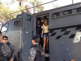 Veronique gostou do interior do veículo da polícia brasiliense